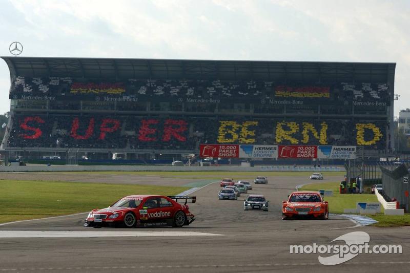Bernd Schneider est remercié lors du tour de chauffe par un message du grand stand Mercedes-Benz :Super Bernd !