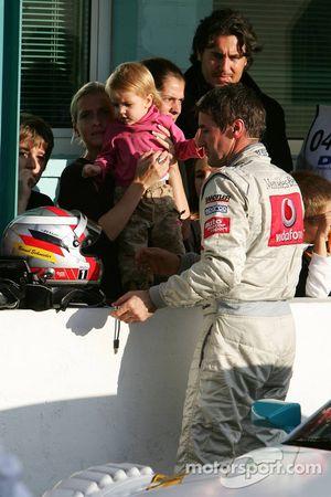 Bernd Schneider avec sa petite amie Svenja Weber et leur jeune fille