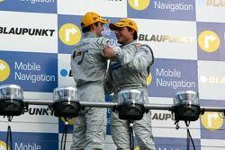 Podium : le vainqueur de la course Bruno Spengler avec Jamie Green