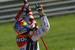 El Campeón del Mundo de MotoGP de 2006, Nicky Hayden, celebra