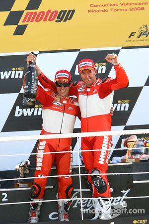 Podium : le vainqueur de la course Troy Bayliss avec Loris Capirossi