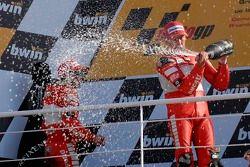 Podium : champagne pour Troy Bayliss et Loris Capirossi