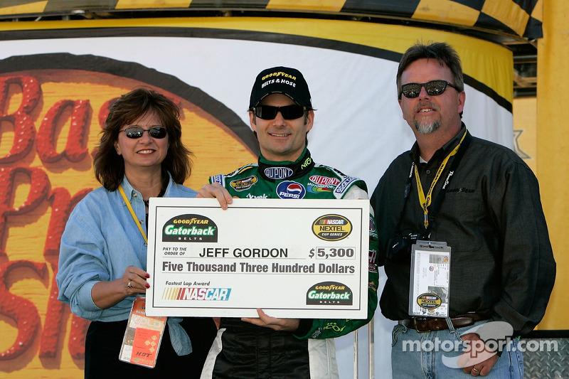 Jeff Gordon pose avec un chèque