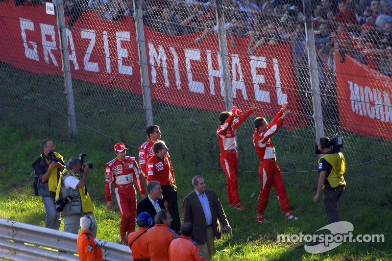 Marc Gene, Luca Badoer, Michael Schumacher et Felipe Massa à travers la foule