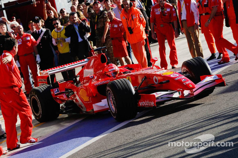 Michael Schumacher sort du garage
