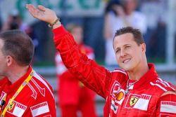 Michael Schumacher à travers la foule