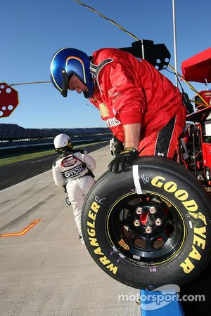 Membre de l'équipe Xpress Motorsports Chevy prêt pour un arrêt aux stands