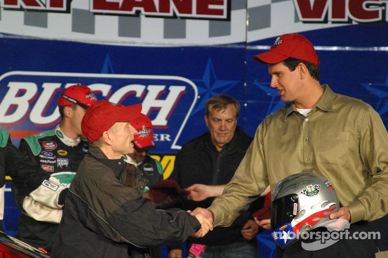 Mark Martin reçoit le Busch Pole Award