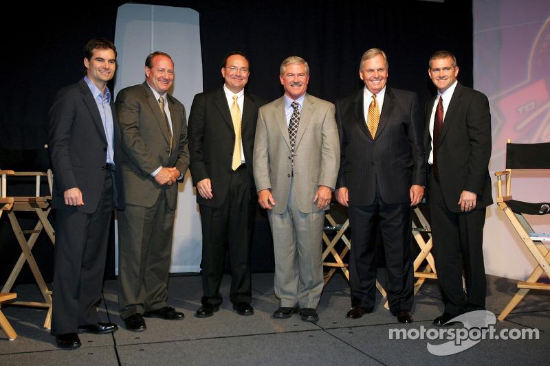 Les pilotes de NASCAR Jeff Gordon, Ken Schrader, l'analyste TV Dr. Jerry Punch, Terry Labonte, lepropriétaire Rick Hendrick, et Bobby Labonte