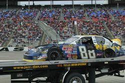 La voiture de Shane Huffman retourne sur la remorque