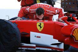 Michael Schumacher embrasse sa voiture