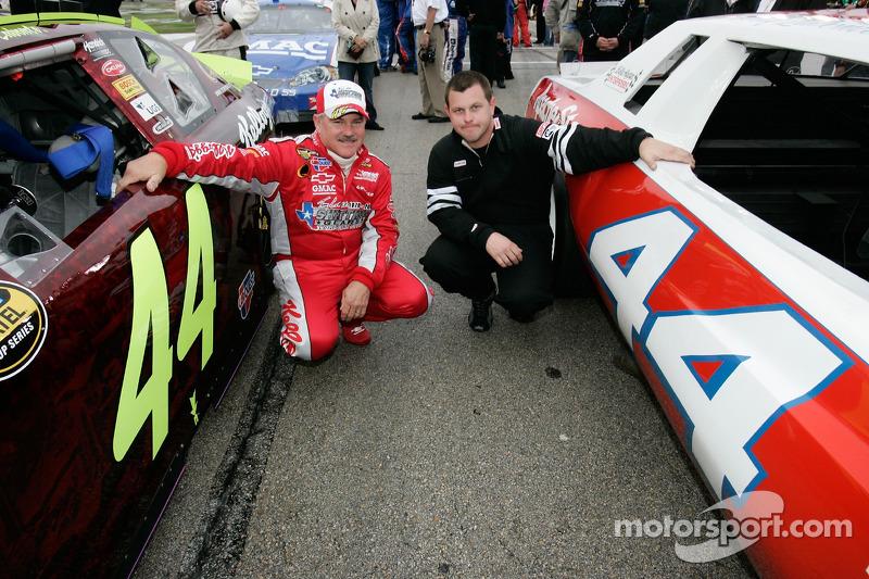 Terry Labonte pose avec son fils Justin à côté d'une réplique de la première voiture de course de Terry
