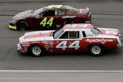Terry Labonte et son fils Justin pilotant une réplique de la première voiture de course de Terry, à l'avant lorsdu tour au ralenti