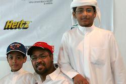 Yahya Alheli avec ses deux plus grands fans, ses fils Mansour (15 ans) et Mohammed (9 ans)