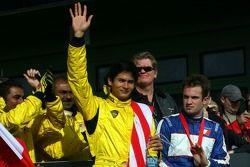 Le vainqueur de la première course Alex Yoong avec Nicolas Lapierre