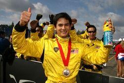 Alex Yoong célèbre sa victoire dans la première course