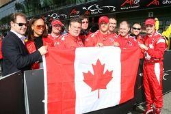 James Hinchcliffe, Wade Cherwayko, détenteur de l'équipe canadienne d'A1, John Village, Team Manager duA1Team Canada, célèbrent la deuxième place