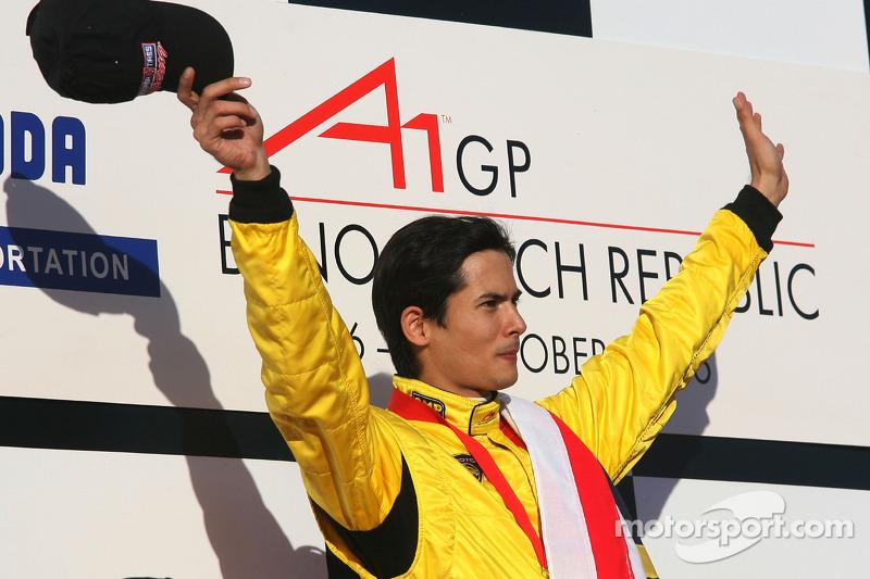 Podium : le vainqueur de la course Alex Yoong