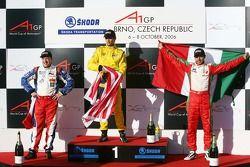 Podium : le vainqueur de la course Alex Yoong avec Tomas Enge et Salvador Duran