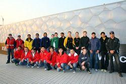 Les pilotes d'A1GP visitent la piscine olympique