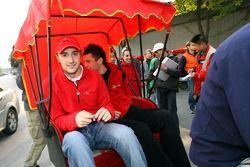 James Hinchcliffe sur un cyclo-pousse
