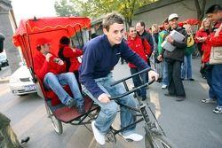 Oliver Jarvis sur un cyclo-pousse