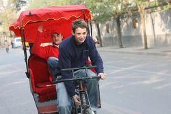 Oliver Jarvis emmène James Hinchcliffe pour un tour en cyclo-pousse