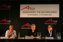 Ян Ламмерс (слева) на пресс-конференции вместе с представителями чемпионата A1 GP Дэвидом Клэром и Р
