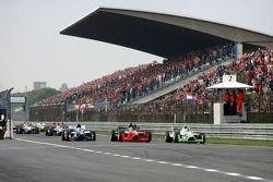 Start van de race, met Adrian Zaugg, voor Salvador Duran en Nicolas Lapierre
