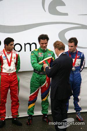 Hans Ernst, manager Circuit Park Zandvoort, overhandigt de trofee aan Adrian Zaugg