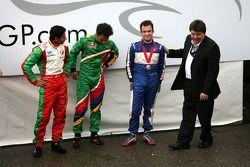 Tony Teixeira, A1GP, overhandigt Nicolas Lapierre de trofee voor de derde plaats