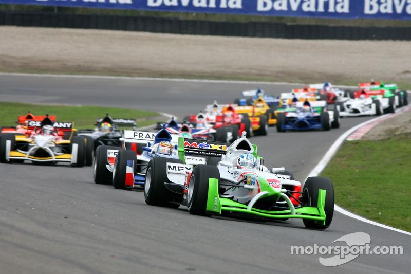 Start van de race met Salvador Duran aan de leiding