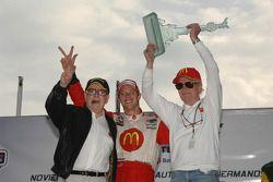 Podium: le vainqueur de la course Sébastien Bourdais avec Carl Haas et Paul Newman