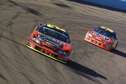 Kevin Harvick mène devant Jeff Gordon