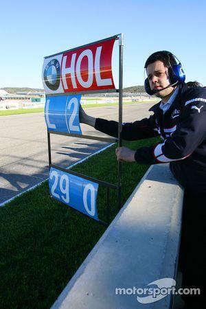 Marco Holzer pitboard as he test ediyorBMW Sauber F1 F3.06, as his prize for winning 2005 Formula BM