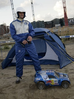Volkswagen Motorsport test at Strandkai Beach Resort, Hamburg: Mark Keller with the Volkswagen Race Touareg RC-Car