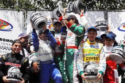 Podium: race winners Otavio Bonder, Antonio Francesco Ventre, José Eduardo Ventre, Bruno Pacetti and Lucas Rodrigues, with second place Rubens Barrichello, Tony Kanaan, Dan Wheldon and Felipe Giaffone, and third place Luciano Burti, Dennis Dironi, Gabrie