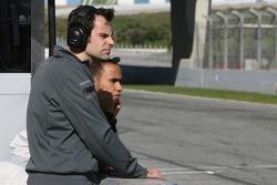 Льюис Хэмилтон наблюдает за гонкой на треке