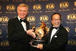 FIA President Max Mosley presents the FIA Academy World Prize to Shoshi Arakawa (Bridgestone)