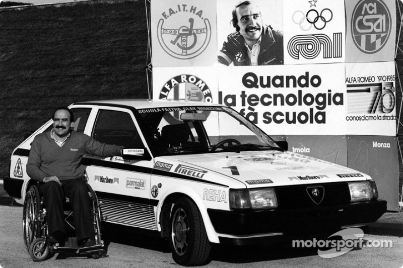 Clay Regazzoni en una silla de ruedas en su Alfa Romeo patrocinado por escuela de conductor de carreras para personas con discapacidad en Vallelunga
