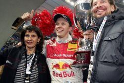 Ganador de la Carrera de Campeones Mattias Ekström celebra con Michéle Mouton y Fredrik Johnsson