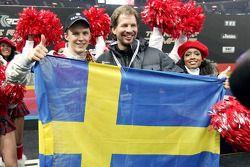 Ganador de la Carrera de Campeones Mattias Ekström celebra con Fredrik Johnsson