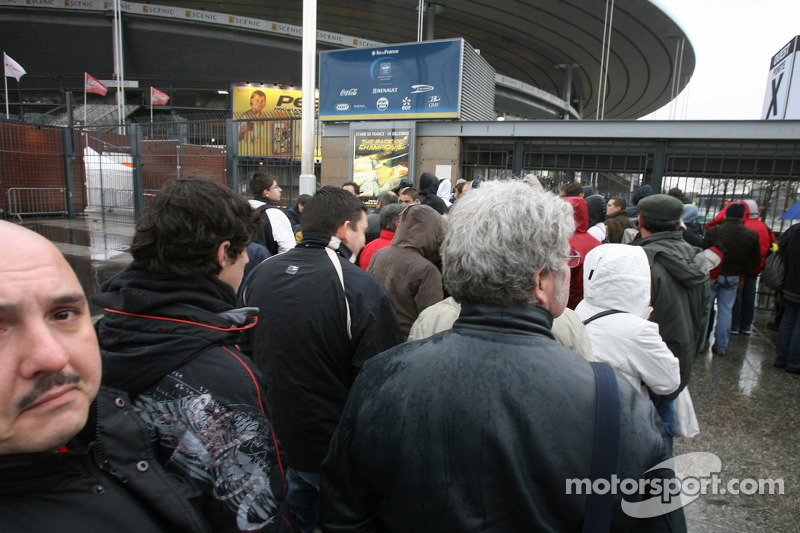 Fans arrive at Stade de France