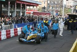 Renault F1 takım elemanları get ready for demo run