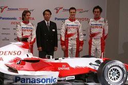 Jarno Trulli, Kazou Okamoto, Toyota Motor Corporation Başkan yardımcısı, Ralf Schumacher ve Franck M