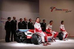 Jarno Trulli, Ralf Schumacher, Franck Montagny ve Toyota Racing takım elemanları pose ve ve Toyota