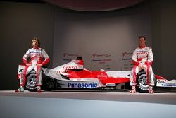Jarno Trulli and Ralf Schumacher with the the Toyota TF107