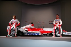 Jarno Trulli and Ralf Schumacher with the the Toyota TF107