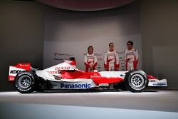 Jarno Trulli, Ralf Schumacher and Franck Montagny with the the Toyota TF107