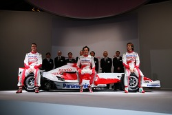 Jarno Trulli, Ralf Schumacher, Franck Montagny and Toyota Racing team members pose with the with th